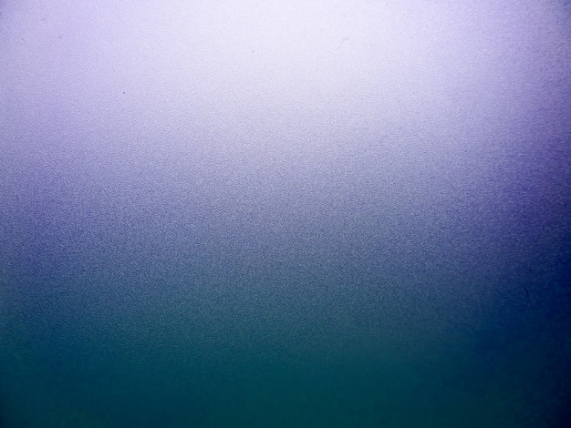 Стекло оконной поверхности и фиолетового цвета после солнечного света