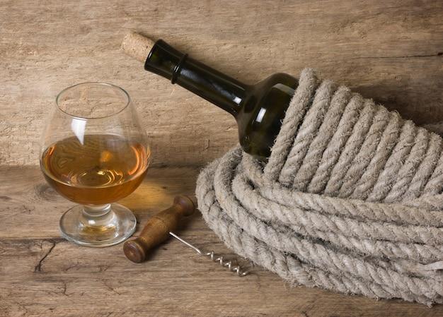 Бокал вина и бутылка на доске