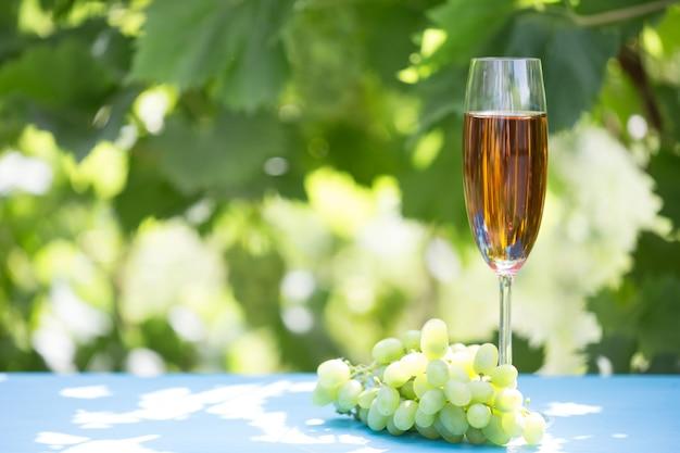 グラスワインとブドウの房