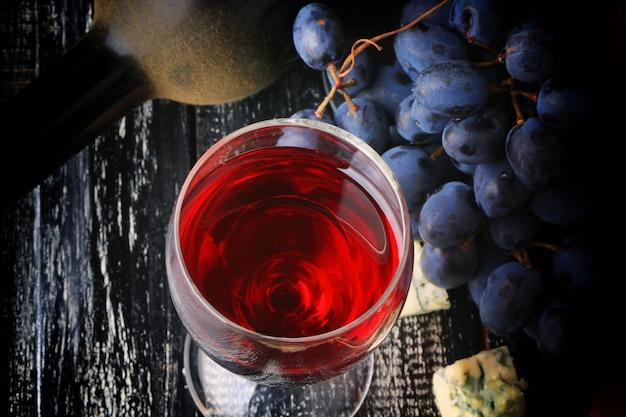 Бокал вина виноград алкоголь бутылка сыр изношенный деревянный фон ретро винтажный стиль