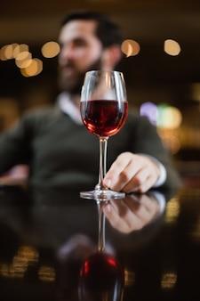 テーブルの上のワインのグラス