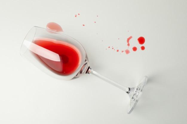 Бокал вина на белом фоне, вид сверху