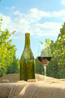 ボトル入りのワインのガラス。