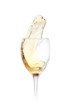 흰색 바탕에 스플래시와 와인의 유리