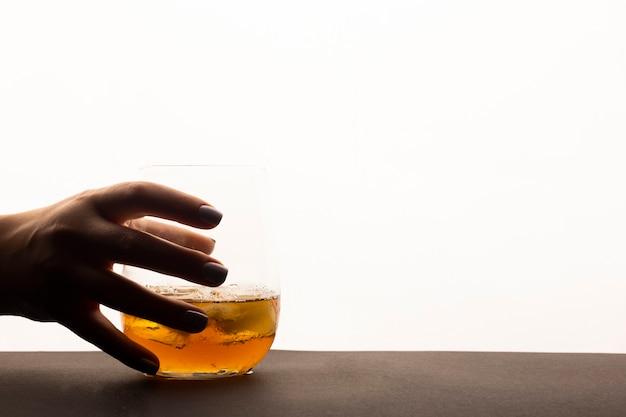 白い背景の上のウィスキーのガラス。