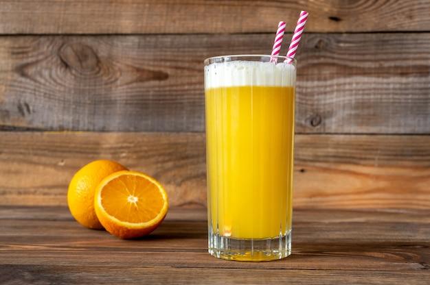 Стакан коктейля yellow bird со свежим апельсином