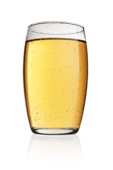 Стакан желтого безалкогольного напитка соды с пузырьками газа, изолированные на белом фоне.