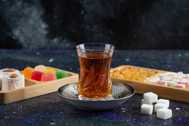 Bicchiere di tè e delizie
