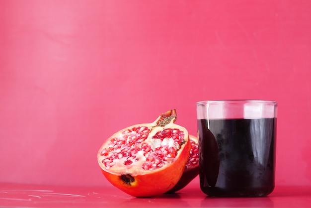 빨간색 배경에 석류 주스에 유리