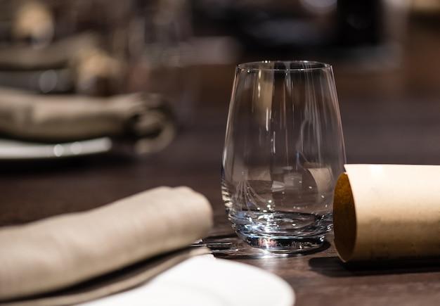 Стакан на столе в ресторане на ужин