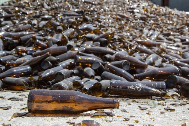 재활용 산업 공장에서 유리 더미 갈색 병
