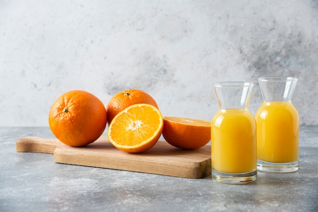 Стеклянные кувшины сока с ломтиком апельсина. Бесплатные Фотографии