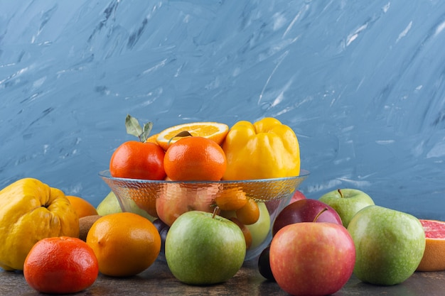 Lastra di vetro di frutta fresca sopra molti frutti.