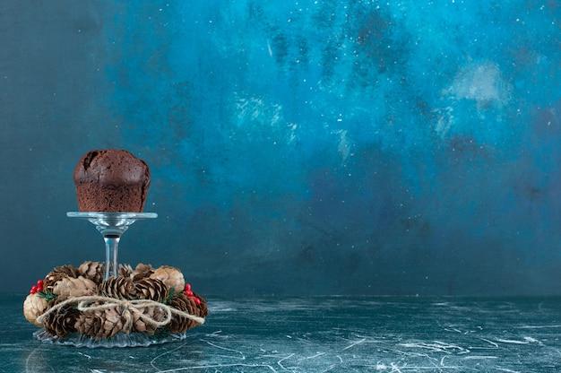 Un piatto di vetro con biscotto al cioccolato e ghirlanda di natale. foto di alta qualità