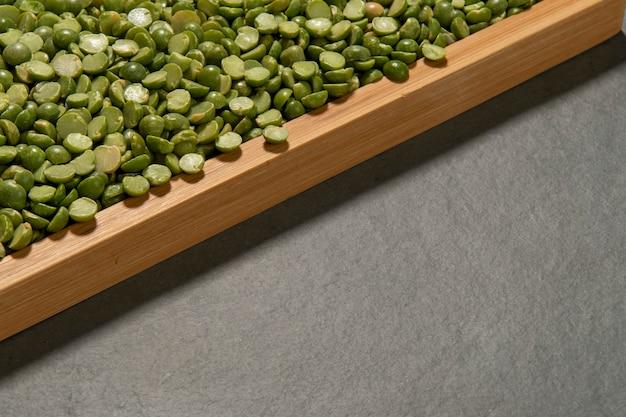 半分に乾燥したエンドウ豆が注がれているガラスポット