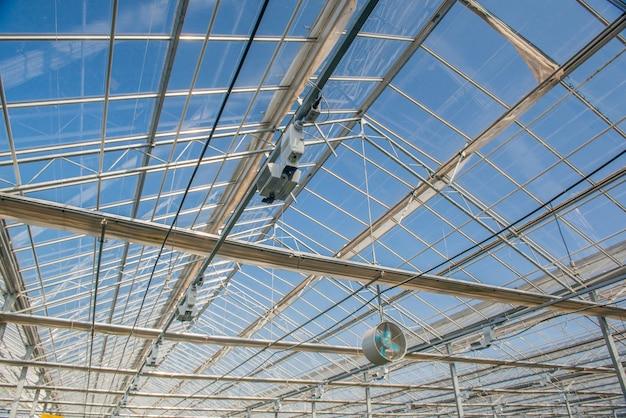 現代の温室のファンが付いているガラス屋根