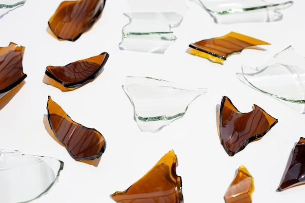 白い表面に分離されたガラスの破片
