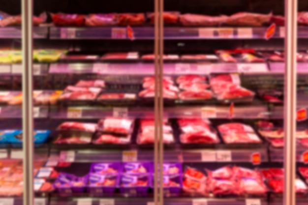 店内に冷蔵肉製品が並ぶガラスのショーケース。ぼやけた。正面図。