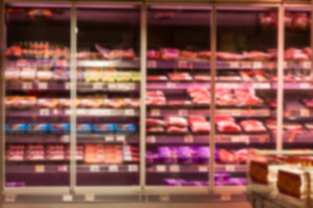 매장에 냉장육 제품이 진열된 유리 쇼케이스. 흐리게. 전면보기.