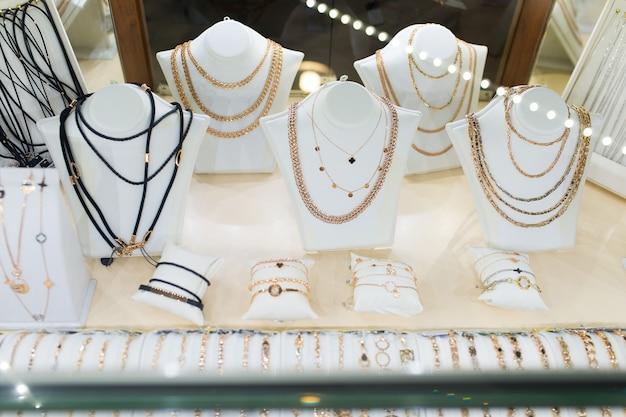 Стеклянная витрина с золотыми цепями в ювелирном магазине