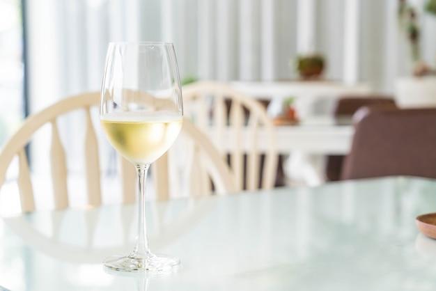 Un bicchiere di vino scintillante