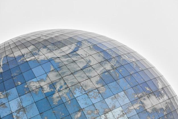 Стеклянное сферическое современное здание с отражением голубого неба и облаков. закройте, скопируйте пространство, изолированное.