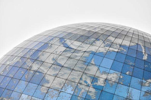 푸른 하늘과 구름의 반사와 유리 구형 현대 건물. 가까이, 복사 공간, 절연.