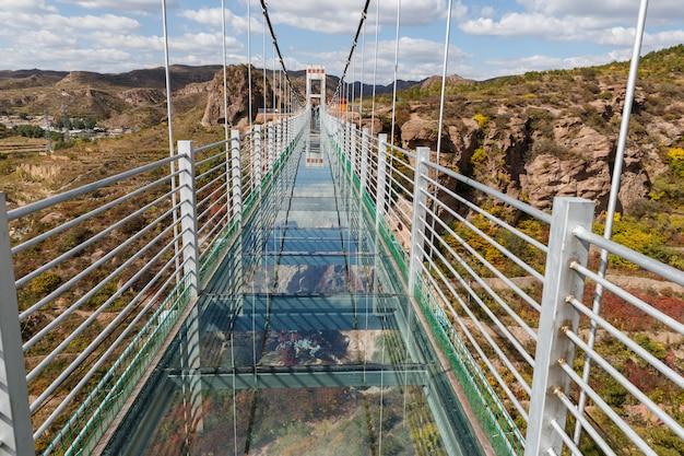 山中のガラス吊り橋