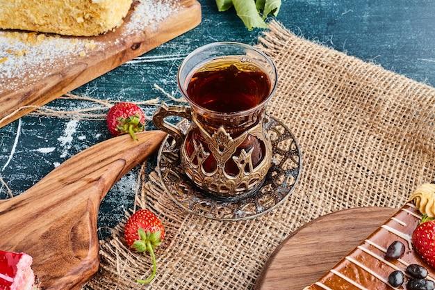 Un bicchiere di tè su un pezzo di tela.