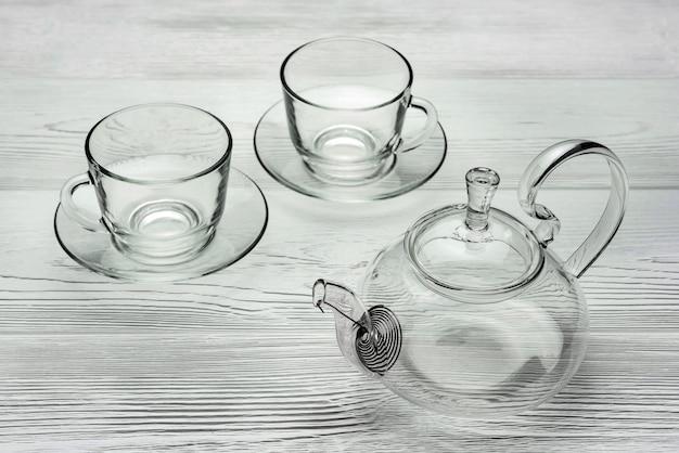 가벼운 나무 판자에 접시와 유리 주전자와 컵