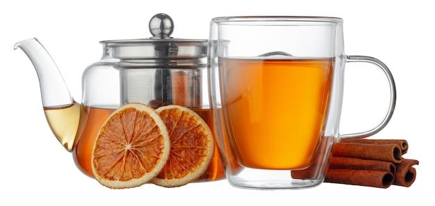 ガラスのティーポットと白い背景で隔離のお茶とガラスのカップ