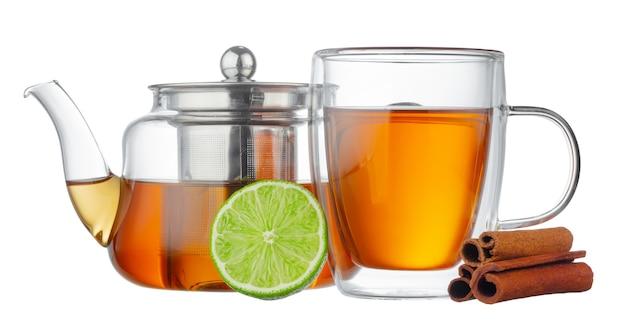 白で隔離のお茶とガラスのティーポットとガラスのカップ