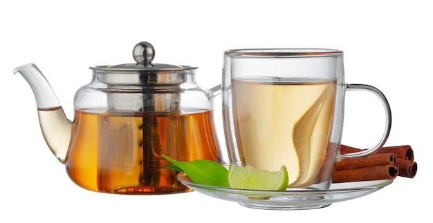 分離されたお茶とガラスのティーポットとガラスのカップ