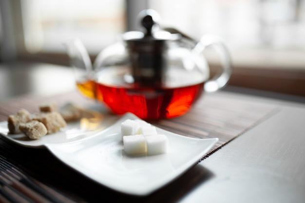 木の爽やかな新鮮な芳香族茶のガラスのティーポット