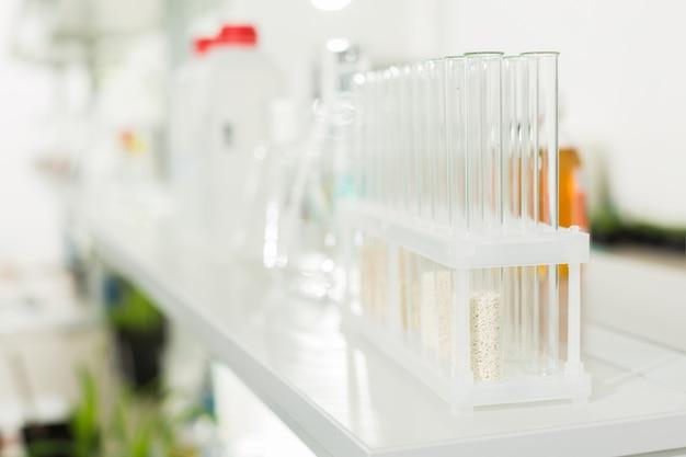 実験室で化学薬品が入ったガラス試験管