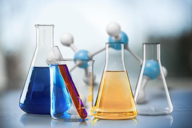 화학 실험실의 탁자 위에 액체가 있는 유리 시험관.