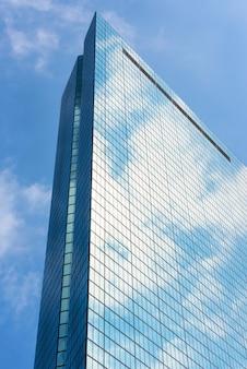 보스턴시에서 흰 구름과 유리 탑