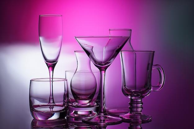 유리, 투명하고 다른 유리 제품은 밝은 배경에 서 있습니다.
