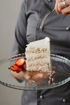 유리 투명 트레이와 화이트 케이크 한 조각을 닫습니다.