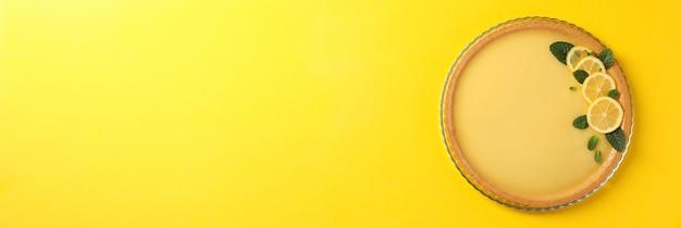 노란색 배경, 평면도에 레몬 타르트와 유리 트레이