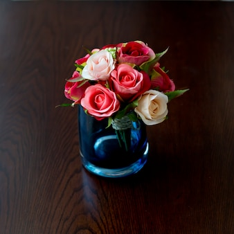 Стеклянная ваза с цветами, красивый орнамент на свадьбе