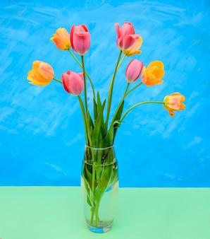 ピンクとオレンジのチューリップとガラスの花瓶
