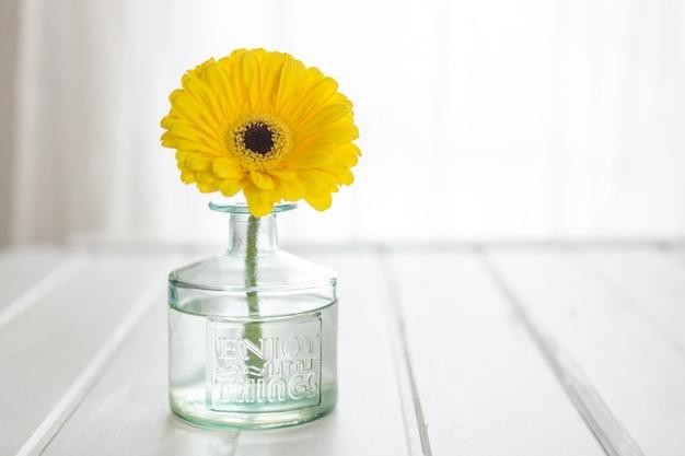 Стеклянная ваза с желтыми дэйзи