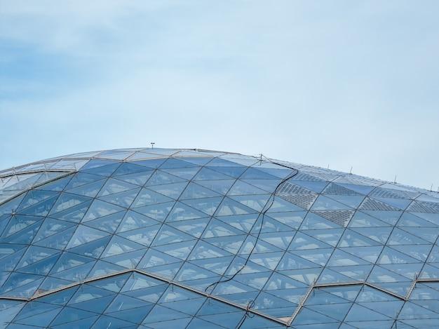ガラスの金庫、ドーム。ショッピングパビリオンのガラス屋根のエンジニアリングデザイン。