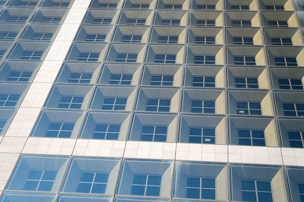 建物のガラスの壁。起業家活動。オフィスビルの背景。ガラスのファサードの背景を持つビジネスセンター。商業用不動産または不動産。全米リアルター協会加入者事務所。大都会の生活。