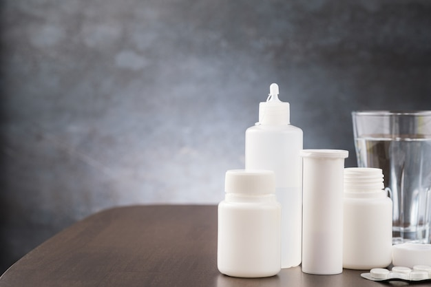 유리 병 및 탁자 위의 독감 또는 독감에 대한 약물