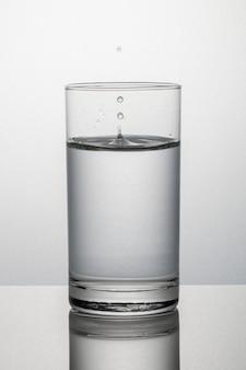 Bicchiere d'acqua macro shot