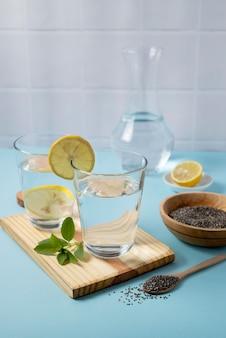 Bicchiere d'acqua con limone