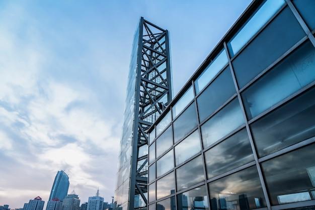 Стеклянное окно офисного здания в финансовом районе