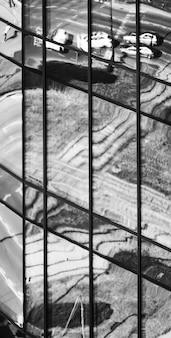 現代の超高層ビルのガラス窓